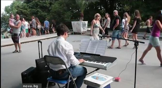 14-годишен пианист свири на улицата, събира пари за конкурс