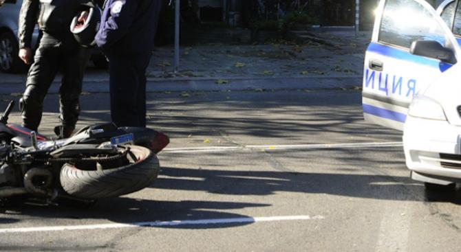 Мотоциклетист загина при челен удар с тежкотоварен автомобил