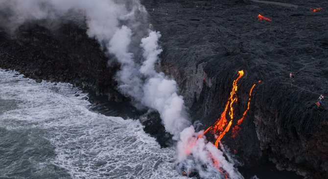 Водопад от лава се изля в океана на хавайски остров (видео)