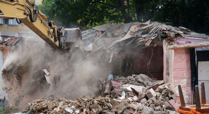 Бутат принудително пет къщи в Плевен, били грозни
