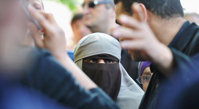 Нападнаха бременна туркиня за оскъдно облекло и я обвиниха в подкрепа на пуча (снимка)