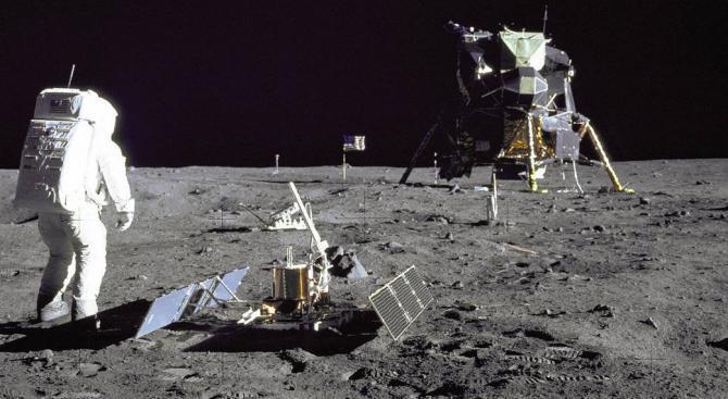 """НАСА продаде погрешка ценна вещ от мисията на """"Аполо 11"""""""
