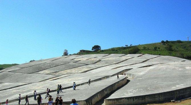 Защо италиански град беше покрит с бетон и превърнат в лабиринт