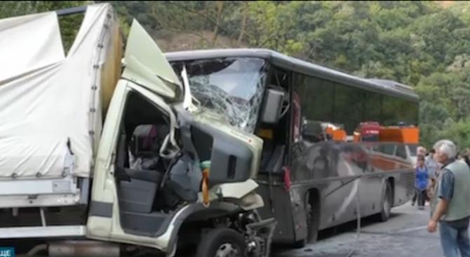Тежка катастрофа между камион и автобус край Търговище взе жертва (обновена)