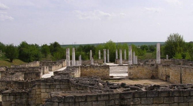 Бронзов реликвен кръст, коланен накрайник и керамични съдове бяха открити при разкопки в Абритус