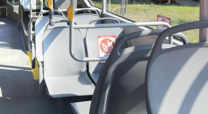 Скандал в столичен автобус заради затисната от вратите детска количка (видео)