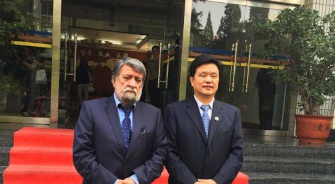 Рашидов бе посрещнат с червен килим в университета в Пекин