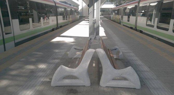 Изпочупиха пейките на ремонтираната Централна гара в София