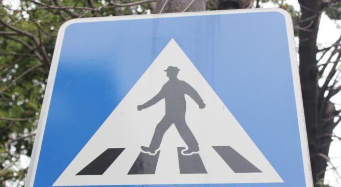 Кола помете пешеходци на кръговото на 4-ти км в София