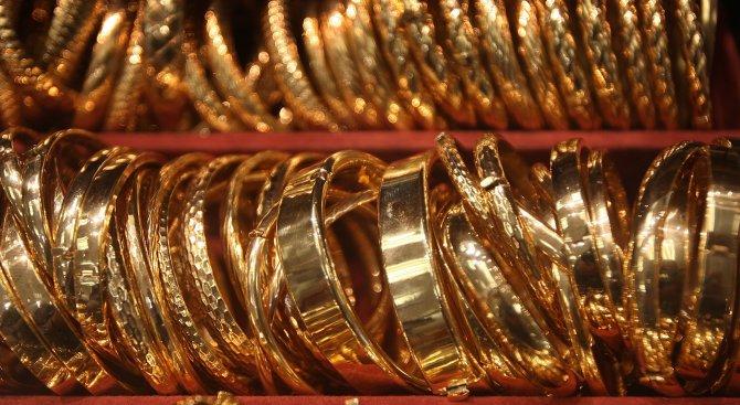 Митничари в Бангладеш намериха 3 кила злато на боклука и го върнаха