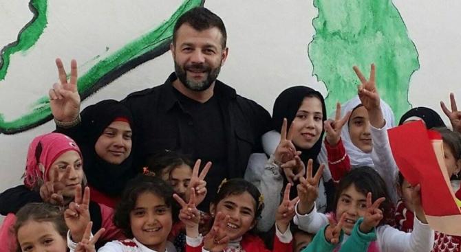 Мюсюлманският Дядо Коледа раздава играчки на децата в Сирия