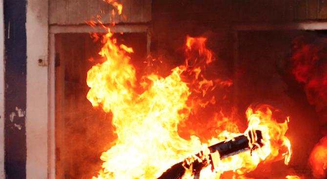 Подпалиха патрулка във Франция, двама полицаи са в тежко състояние