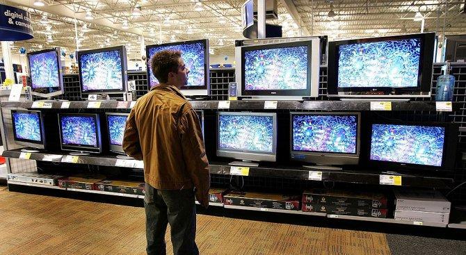 Клиент на магазин за техника изпочупи куп телевизори (видео)