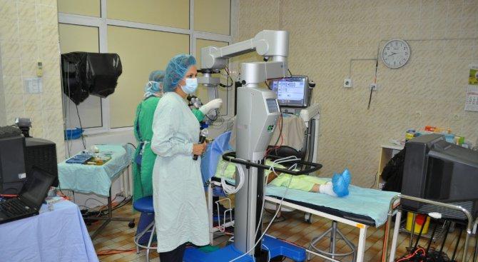 Офталмолози показаха как се оперира ретина (снимки)