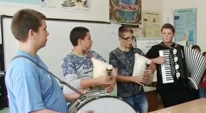 Ученици свирят в междучасията (видео)