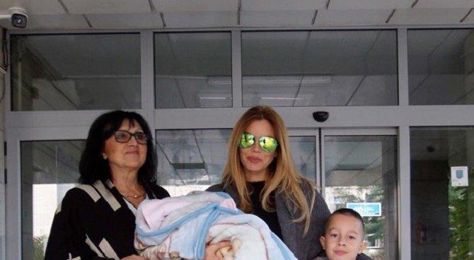 Емилия показа бебето