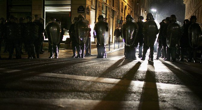 Френски полицаи протестираха срещу атаките над техни колеги (видео)