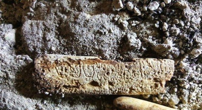 Откриха гравирана човешка кост в гробница на маите