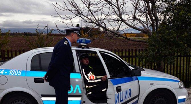 60-годишен мъж предложи пари на полицаи