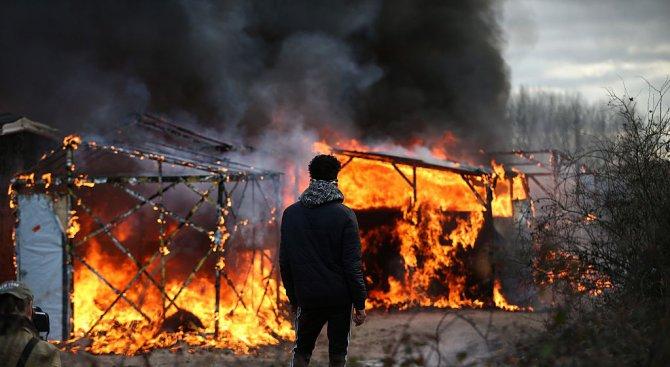 """Над 2000 мигранти са евакуирани от лагера """"Джунглата"""""""