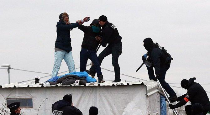 Продължава разрушаването на лагера в Кале