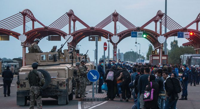 Австрия изпрати 60 военни в Унгария за ограничаване на миграцията по границата със Сърбия