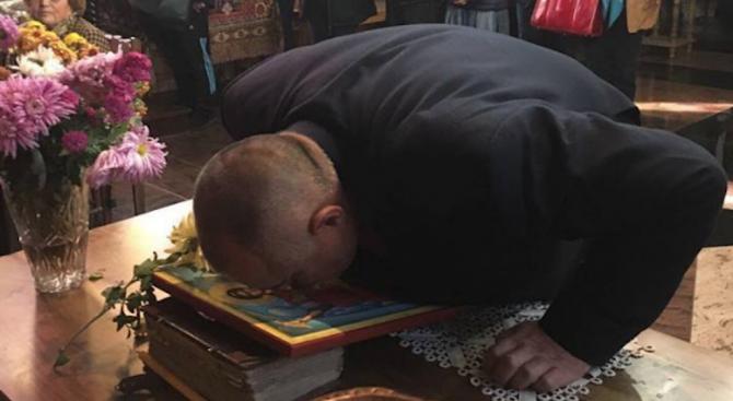 Борисов отиде на църква (снимки)