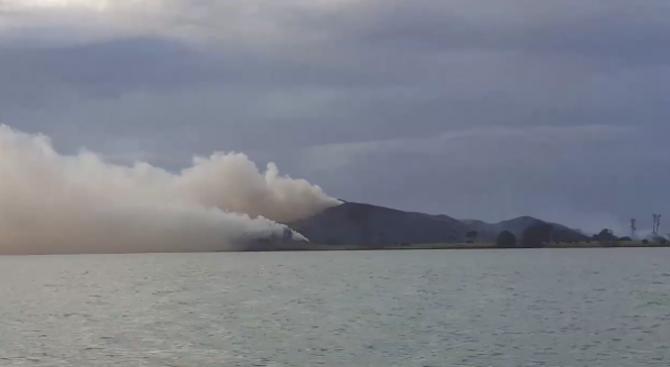 Жена подпали остров, в опит да повика помощ
