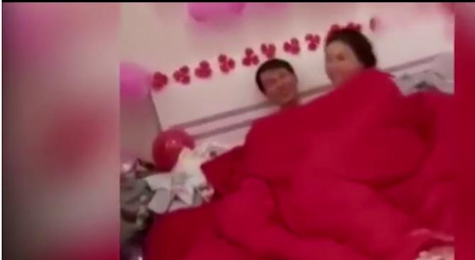 Гостите на сватба накараха булката и младоженеца да правят секс пред тях (видео)
