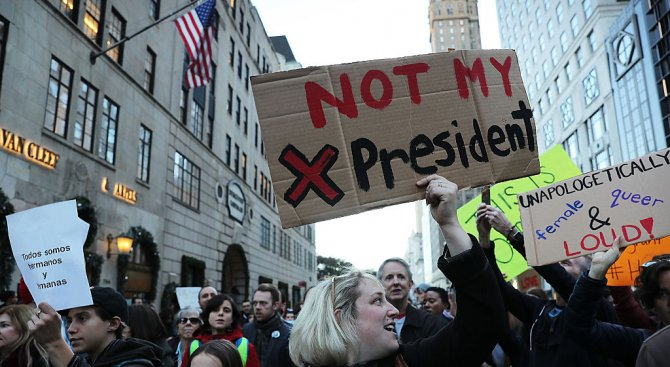 Махат името на Тръмп от луксозен комплекс в Ню Йорк, построен от негова компания
