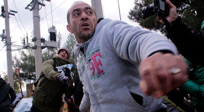 Мигранти бесняха на гръцки остров, нападнаха къщи и магазини