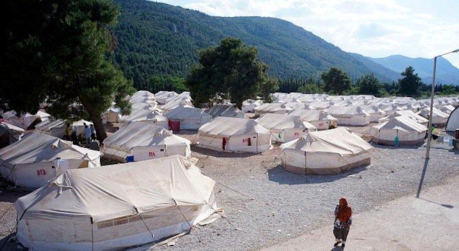 Двама убити и двама ранени при пожар в мигрантски лагер в Гърция (видео)