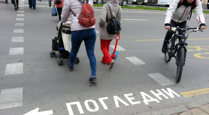 """Пешеходните пътеки във Варна с надписи """"Погледни"""" (снимки)"""