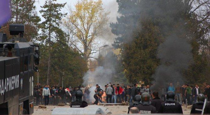Късно снощи полицията е нахлула и смляла от бой бежанците, вдигнали бунт (снимки+видео 18+)
