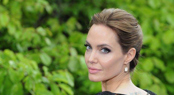 Джоли получи пълно попечителство над децата