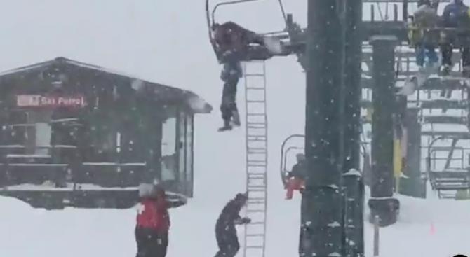 Скиор увисна от лифт в САЩ (видео)
