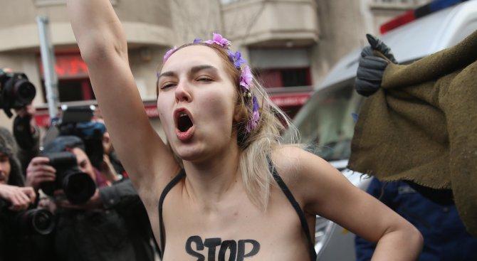Гола активистка на ФЕМЕН протестира срещу Доналд Тръмп по своеобразен начин