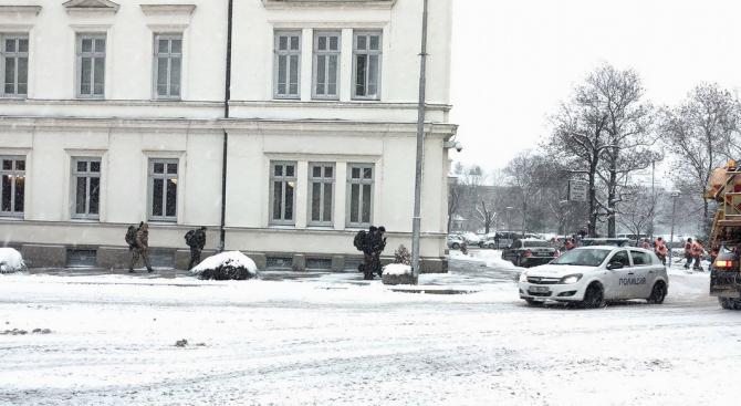 Жестоки мерки за сигурност около сградата на НС, пускат само снегорини (снимки)