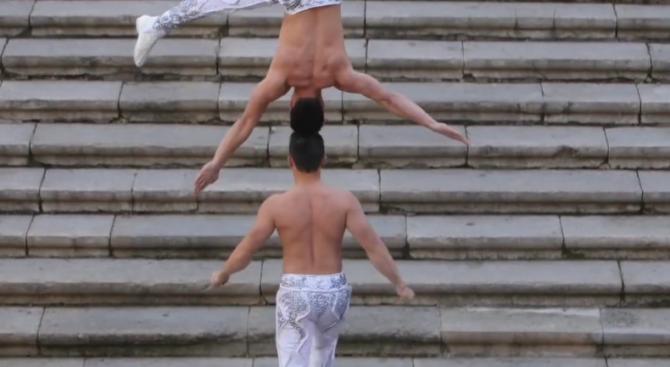 Виетнамци поставиха рекорд по качване на стълби с човек на главата (видео)
