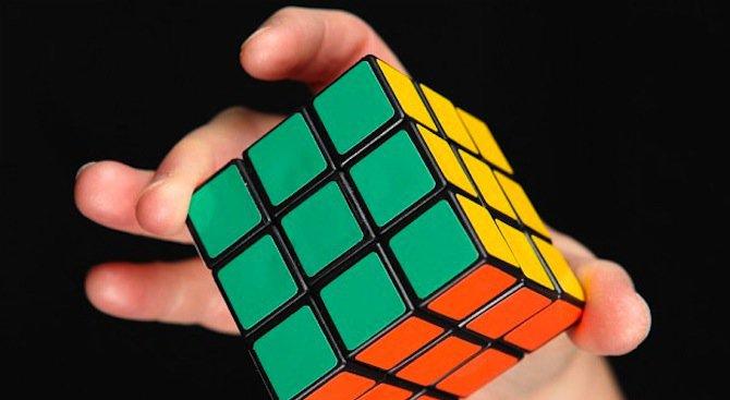 8-годишно момче реди кубчето на Рубик със завързани очи