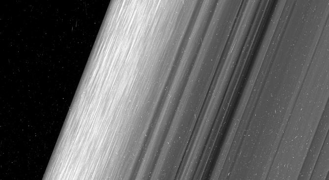Пръстените на Сатурн крият милиони малки луни (видео)