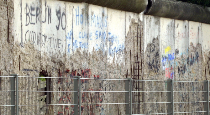 Украински депутат надраска парче от Берлинската стена край посолството на Германия в Киев