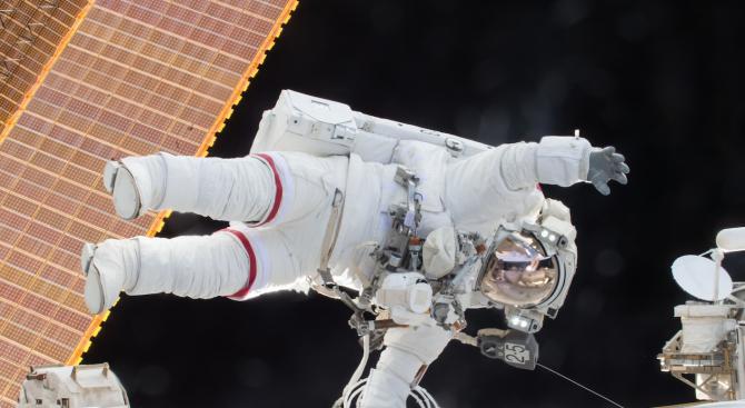 43 700 долара за серия космически снимки на търг