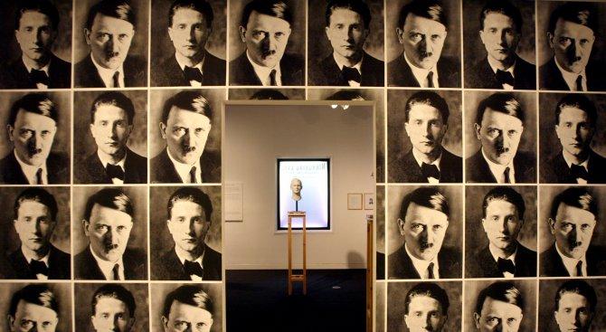 Двойник на Хитлер е възхвалявал нацизма пред родния дом на Фюрера
