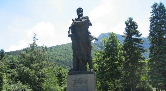 Паметникът на Христо Ботев във Враца се руши