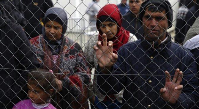 Стотици мигранти са влезли от Мароко в испанския град Сеута