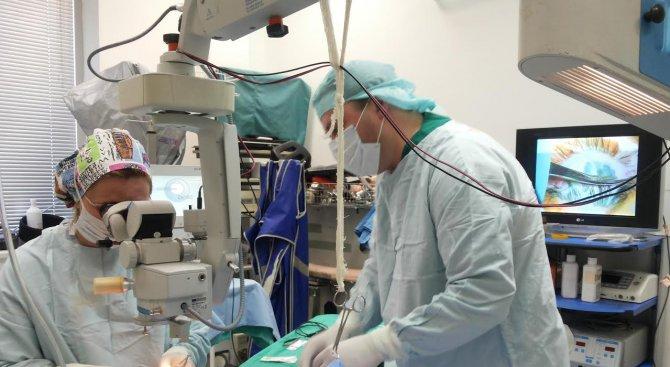 Офталмолози извършиха операция на глаукома с имплант