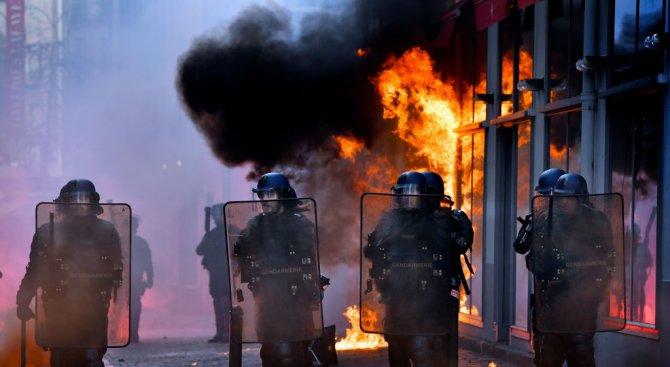 Леви активисти се млатиха с френски полицаи в Нант (видео)