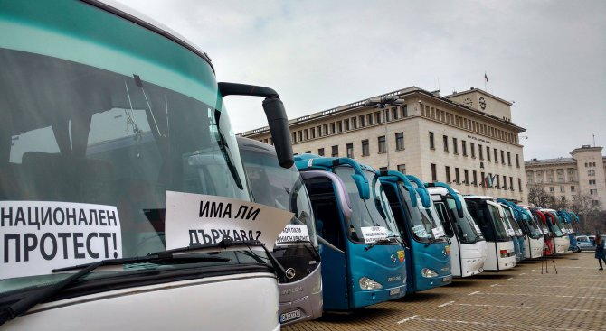 Автобусни превозвачи на протест в центъра на София (снимки)