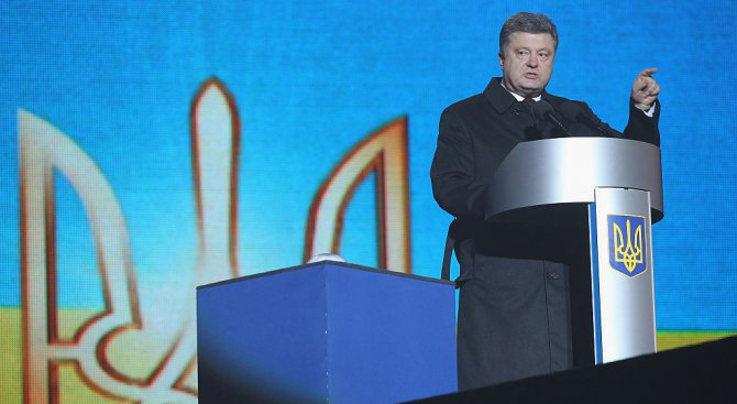 Руски вестник: Украинският президент Петро Порошенко отстъпи пред радикалите